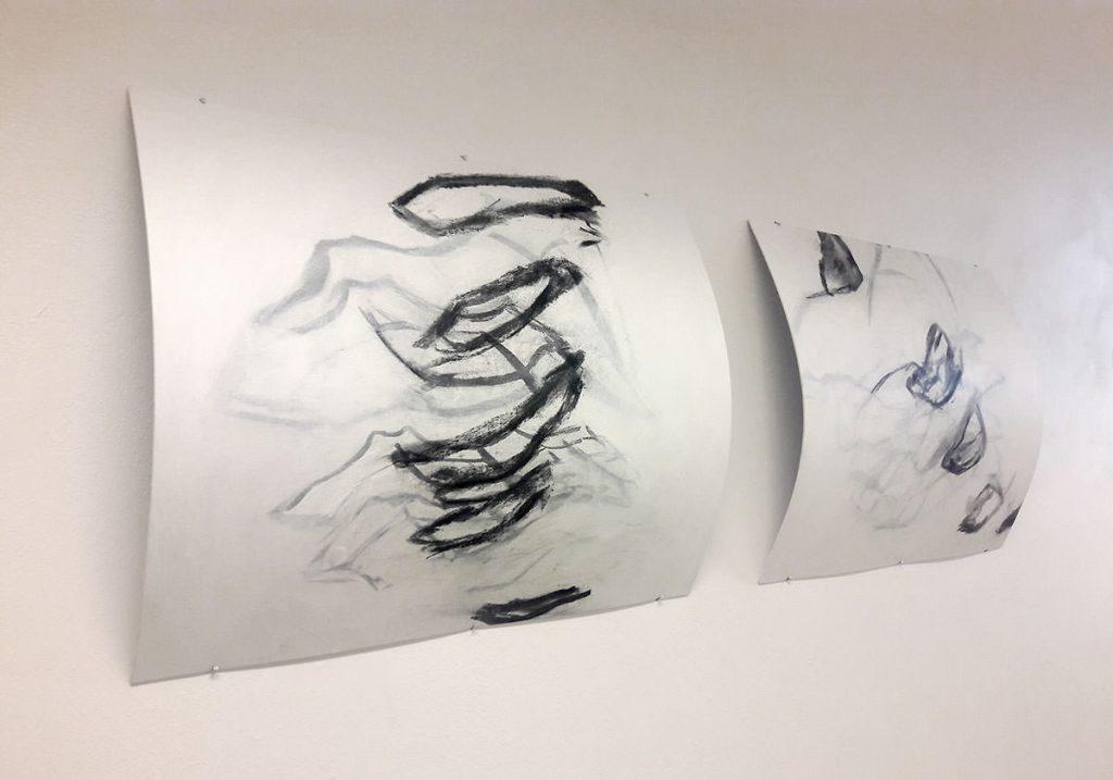 Zwei Kohlezeichnungen an der Wand montiert