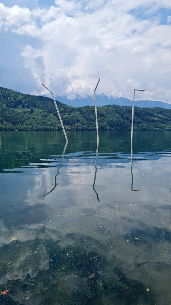 SITIS MUNDI  der Durst der Welt - der Durst nach Welt 17 Halme zu Land und zu Wasser im Rahmen von millstART in Millstatt Mai – Oktober 2021 Polypropylen und PVC  Höhe 6 – 7 m, weisser Anstrich