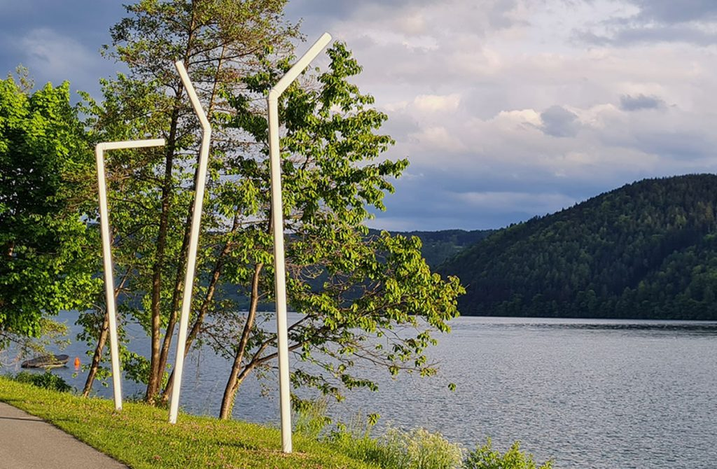 SITIS MUNDI der Durst der Welt - der Durst nach Welt17 Halme zu Land und zu Wasser im Rahmen von millstART in Millstatt Mai – Oktober 2021Polypropylen und PVC Höhe 6 – 7 m, weisser Anstrich